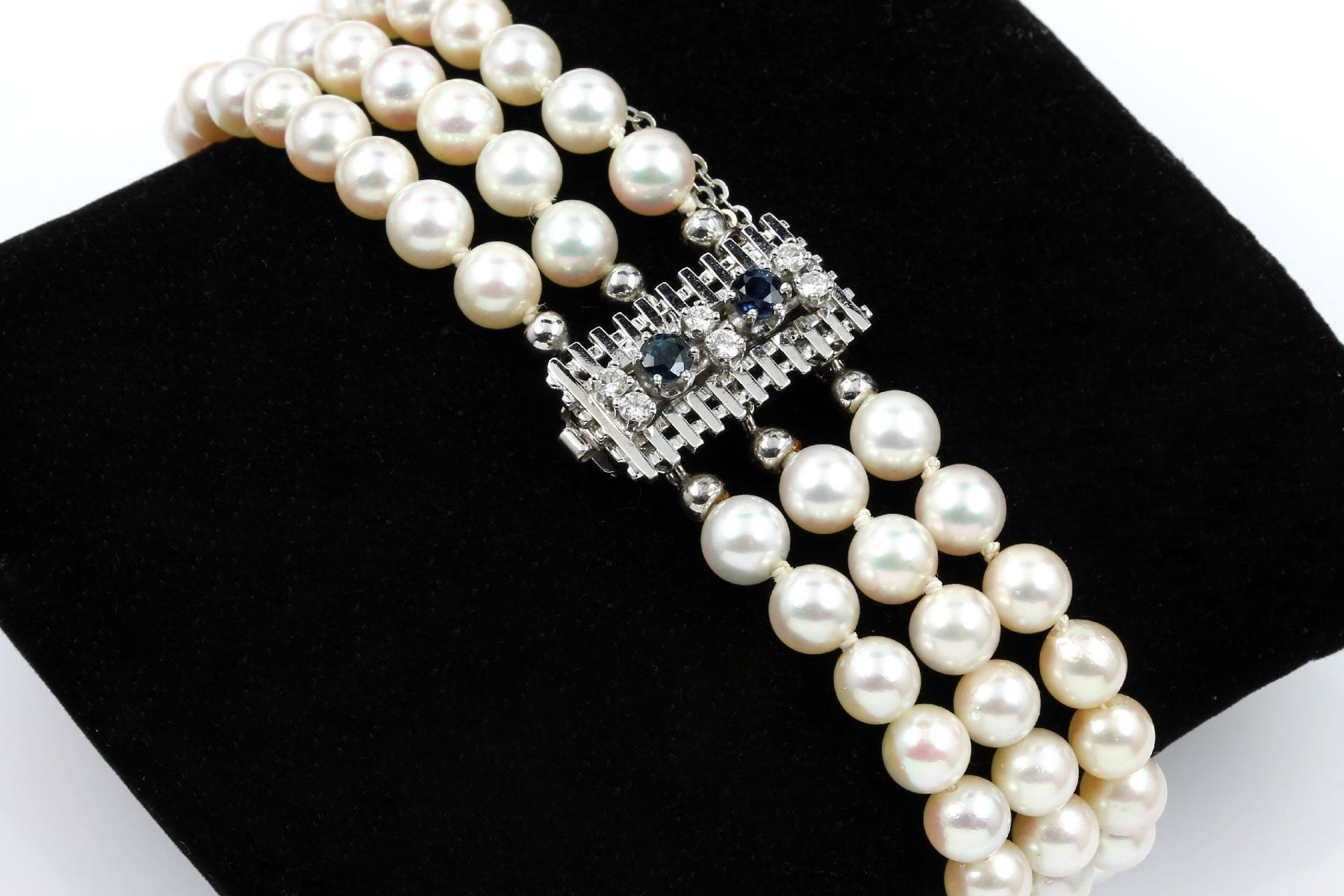 Los 61550 - 3-rowed bracelet made of cultured akoya pearls , clasp WG 585/000, 2 round bevelled sapphires