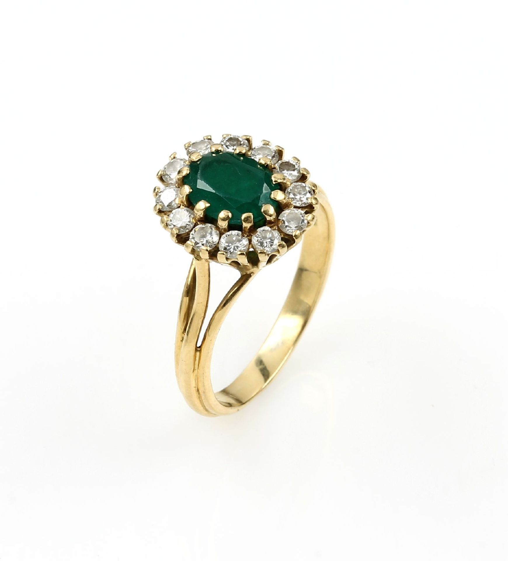 Los 61532 - 18 kt gold blossom ring with emerald and brilliants , YG 750/000, centered oval bevelled emerald