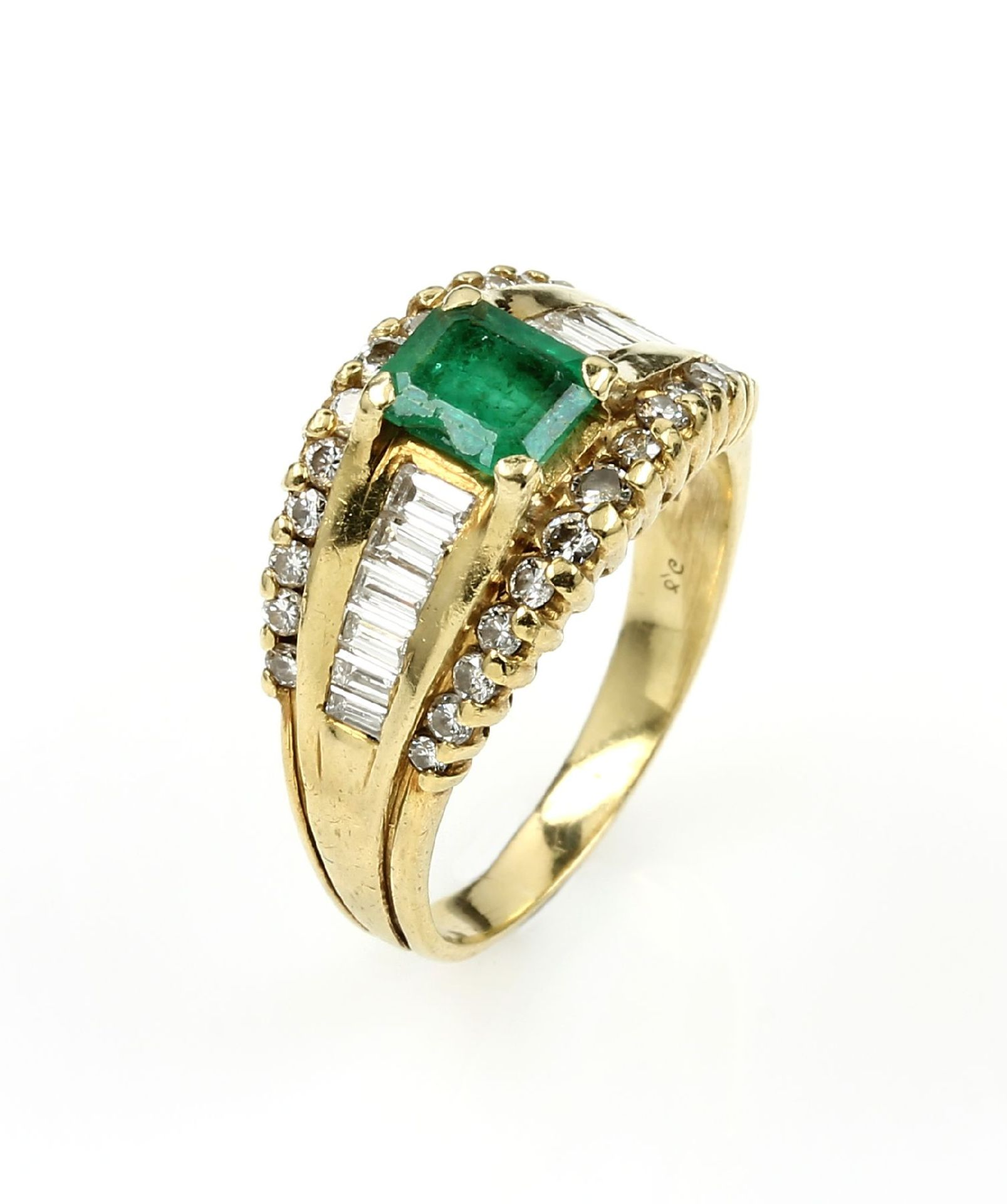 Los 61546 - 18 kt gold ring with emerald and brilliants , YG 750/000, emerald cut emerald approx. 1.0, 26