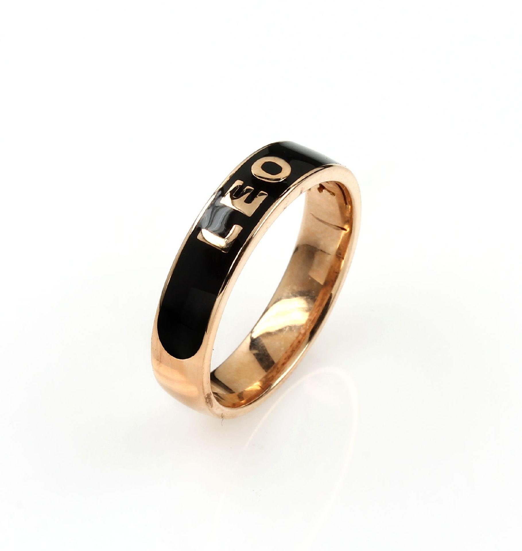 "Los 61552 - 18 kt gold LEO WITTWER ring ""LEO"" with enamel , RoseG 750/000, centered black enameled, with Leo"