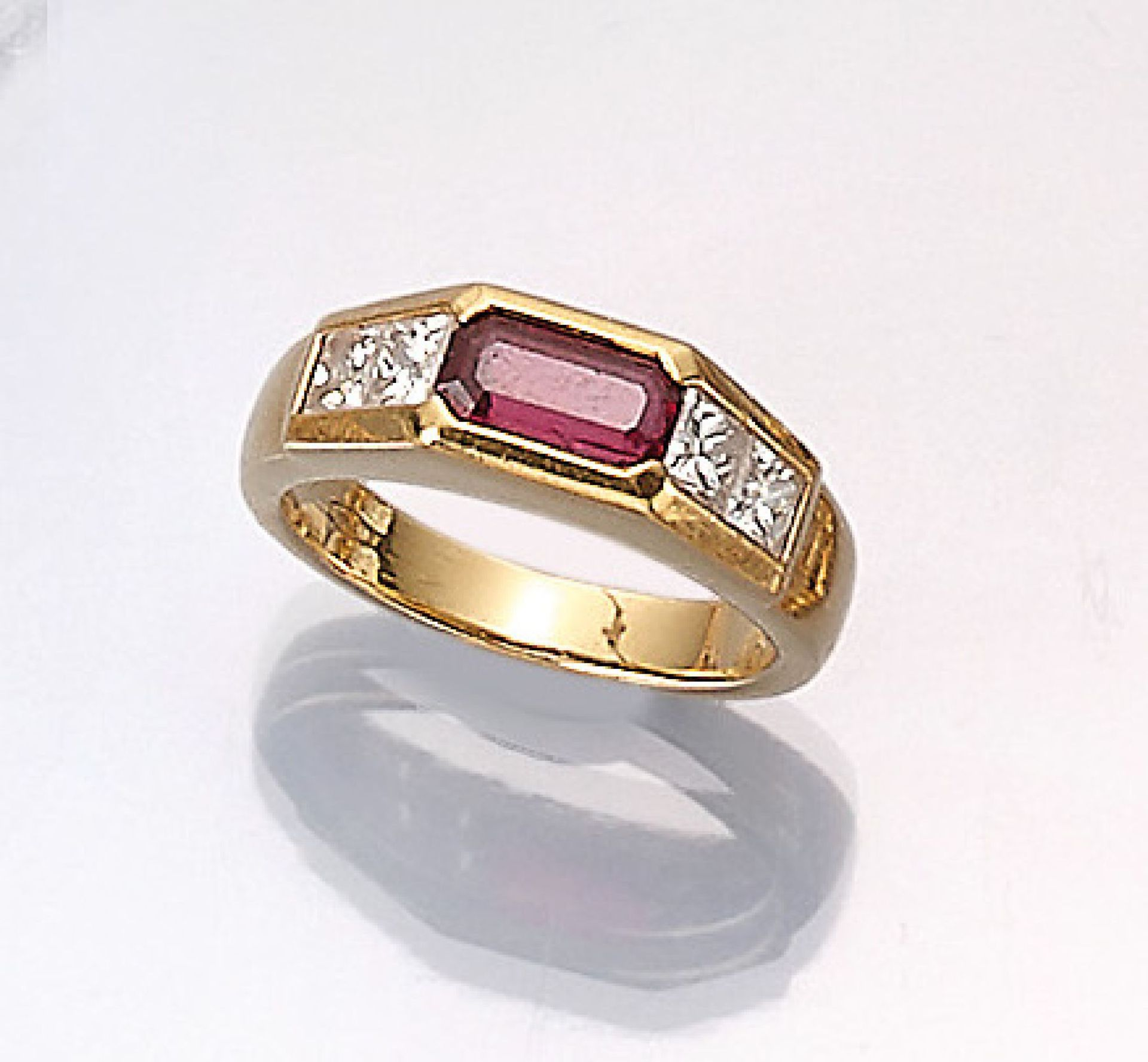 Los 61518 - 18 kt gold ring with ruby and diamonds , YG 750/000, bevelled ruby baguette approx. 0.80 ct, 4