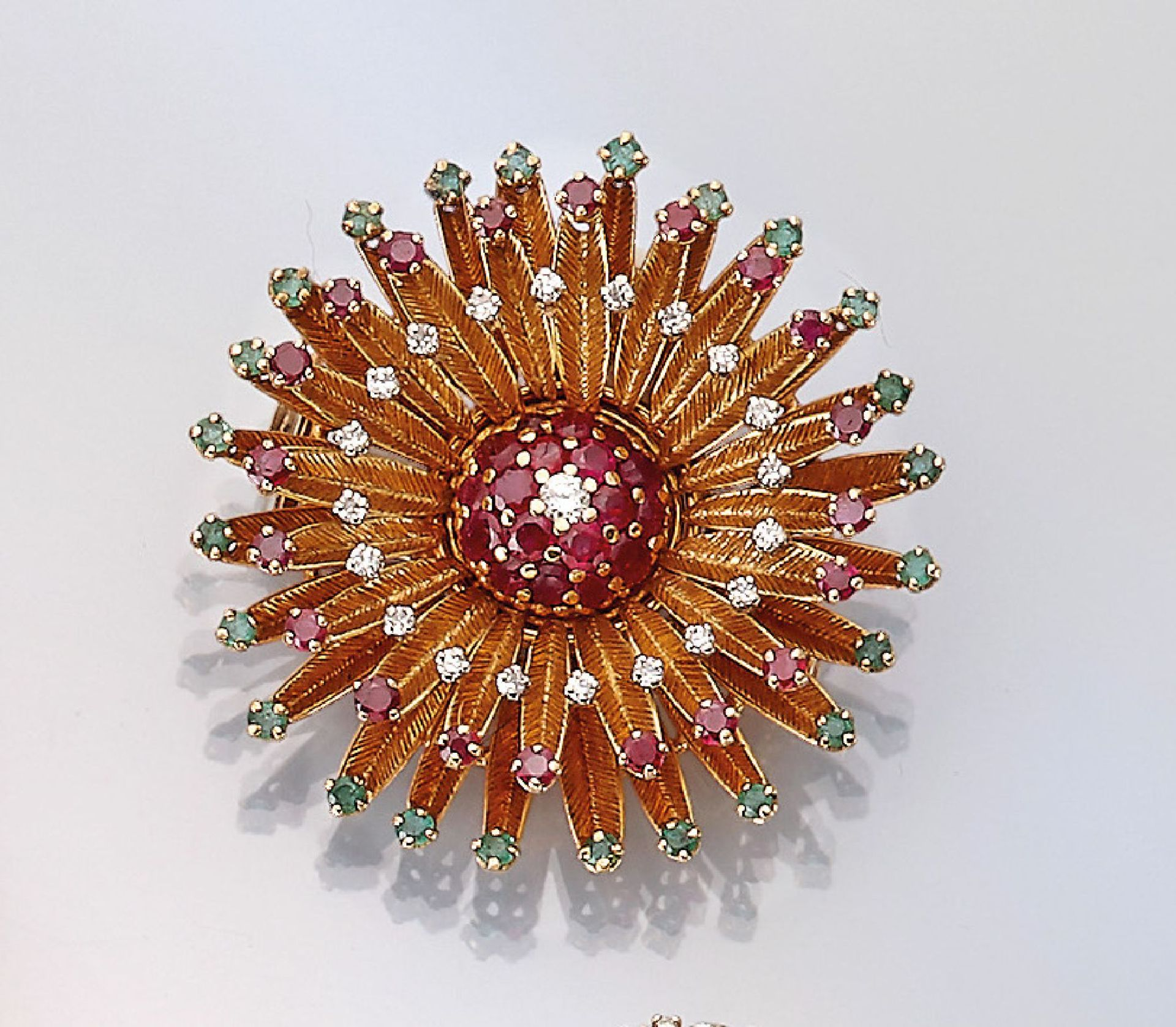 Los 61520 - 14 kt gold brooch with coloured stones and diamonds , YG 585/000, round bevelled emeralds and rubies