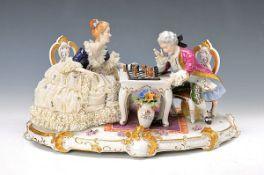 Große Porzellanfigurengruppe, Unterweissbach, 20. Jh., Rokokopaar beim Schachspiel, Dame in