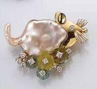"""18 kt Gold Brosche """"Maus"""" mit Biwaperle, Farbsteinen und Brillanten, GG 750/000, Kopf in GG, Auge"""