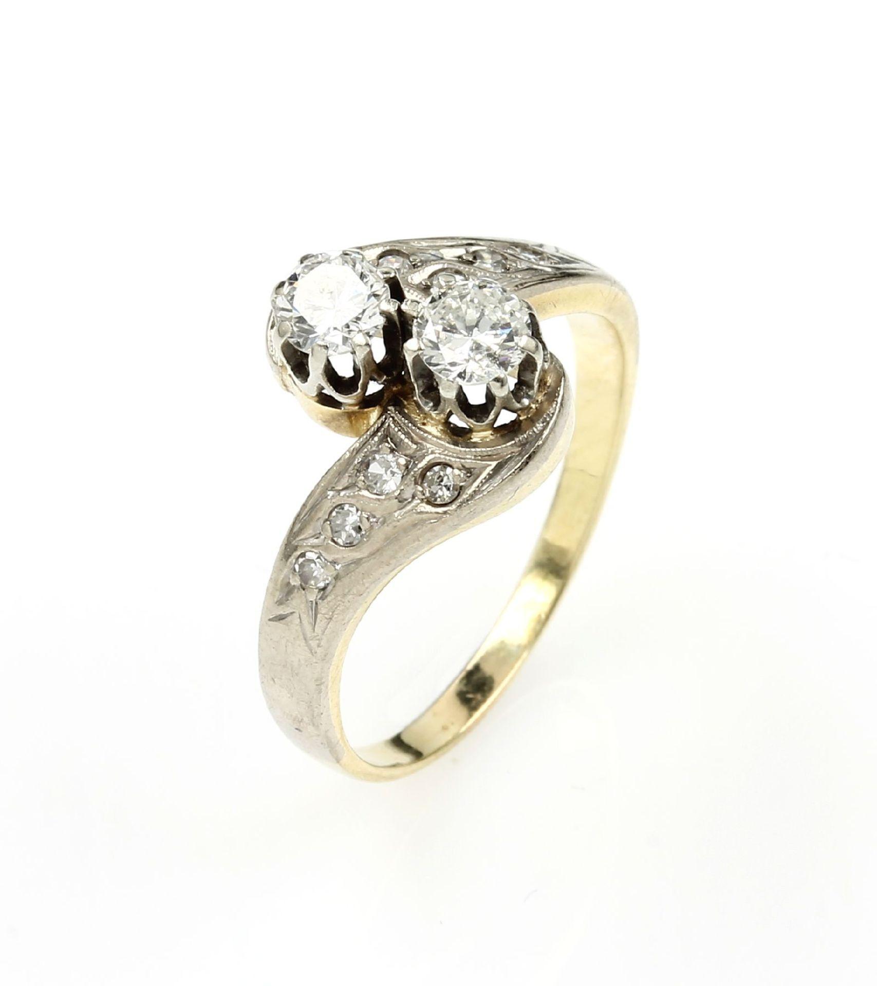 14 kt Gold Ring mit Diamanten, GG/WG 585/000, asymm. Ringschiene, 2 Brillanten zus.ca. 0.55 ct