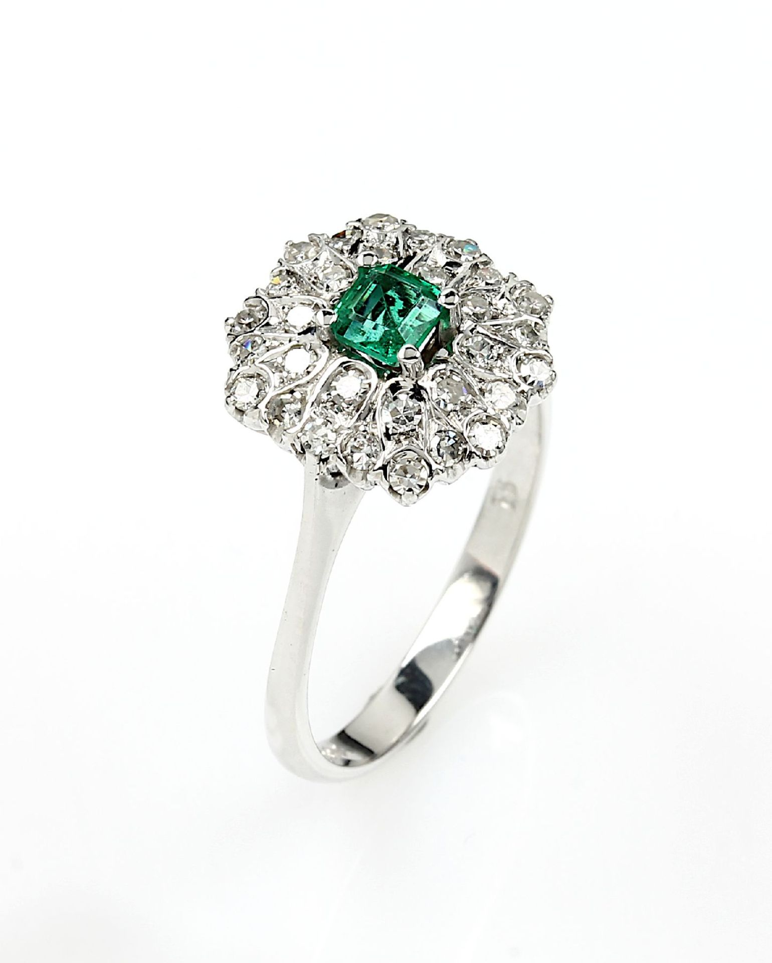 18 kt Gold Blütenring mit Smaragd und Diamanten, WG 750/000, mittig rechteckig facett. Smaragd ca.