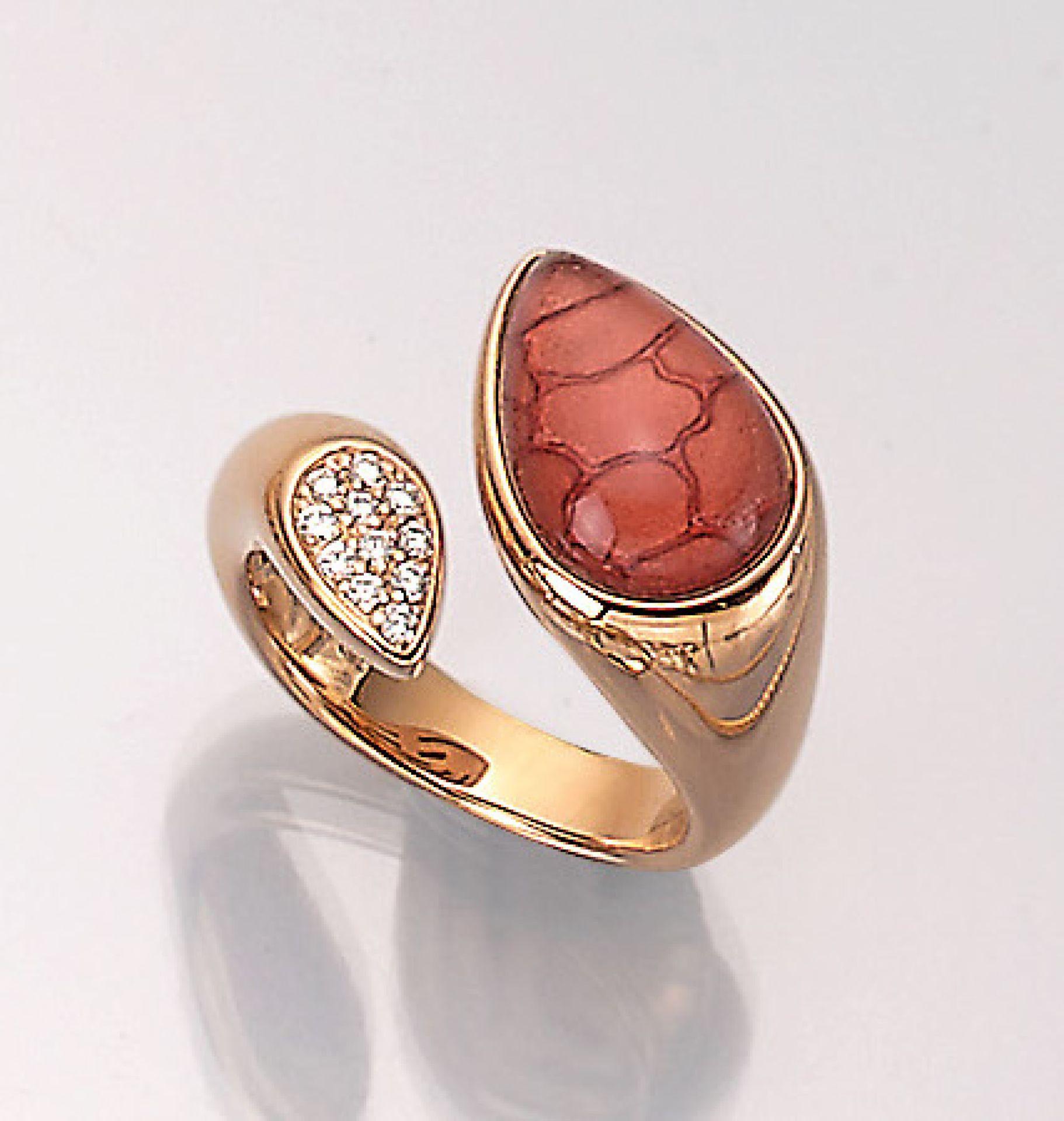 18 kt Gold LEO WITTWER Ring mit Diamanten, GG 750/000, rötliches Email unter Glas- tropfen,