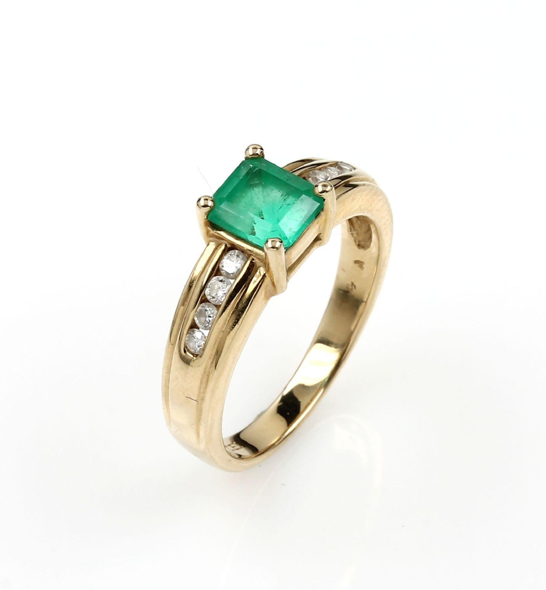 14 kt Gold Ring mit Smaragd und Brillanten, GG 585/000, mittig rechteckig facett. Smaragd ca. 0.70