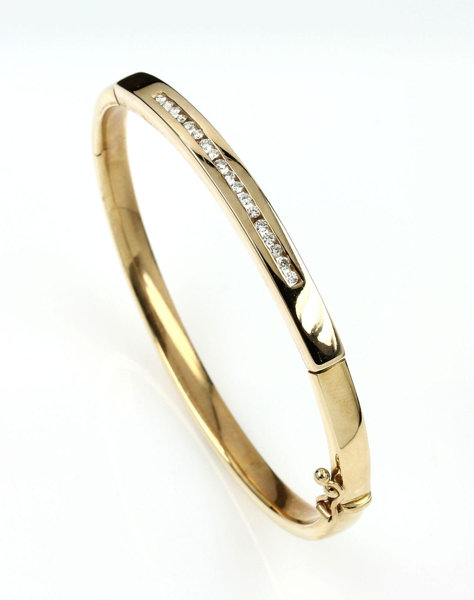 14 kt Gold Armreif mit Brillanten, GG 585/000, 18 Brillanten zus. ca. 0.25 ct Weiß-l.get.Weiß/si,
