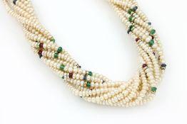 10-reihige Zuchtperlkette mit Rubin, Saphir und Smaragd, GG 585/000, Perlboutons, z.T. mit Smaragd-,