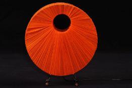 Tischlampe, 1970er-Jahre, Metallgestell z.T. geschwärzt, gefächerte Stoffbespannung in orange, auf