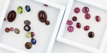 Lot lose Steine, 1 x 10 lose Rubincabochons zus. 6.91 ct, oval und rund; 1 x lose Farbsteine zus.