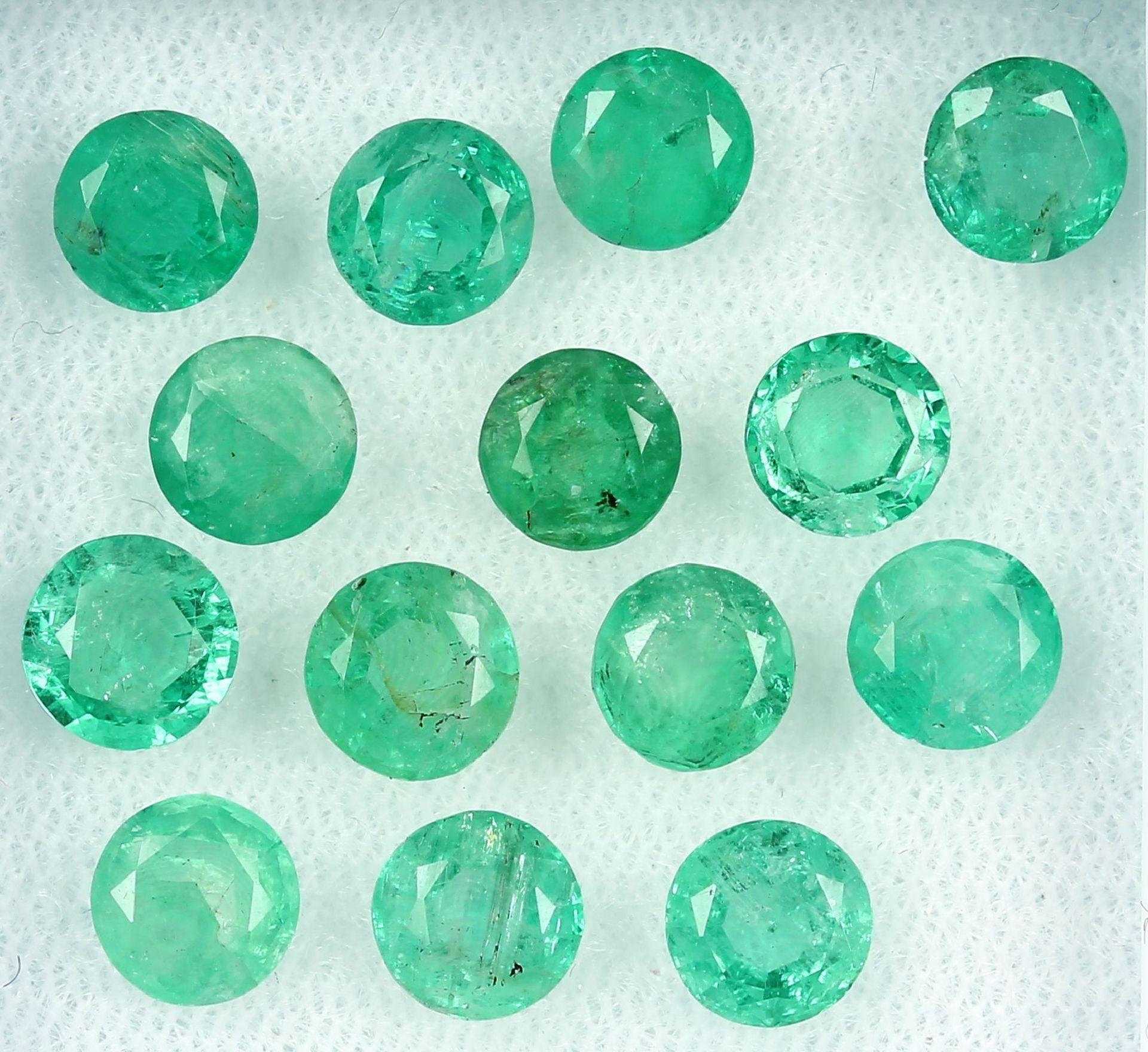 Lot 14 lose rundfacett. Smaragde zus. 11.00 ct, in versch. Farbnuancen Schätzpreis: 980, - EURLot 14