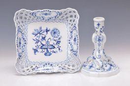 Zwei Teile Meissen: Kerzenhalter Entwurf 1740, Schwertermarke, Streublumen, Blaumalerei, dazu