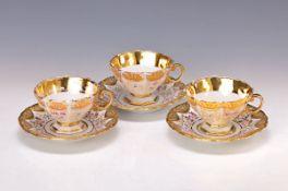 3 Tassen mit Untertassen, Meissen, um 1850, Porzellan, reliefiert und reich vergoldet (berieben),