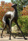 Windhund, Bronze, dunkelbraun patiniert, abstrakte Darstellung, überlebensgroß, angespanntes Tier in
