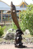 Brunnenfigur in Form eines springenden Delphins auf Wooge, Bronze, dunkelbraun, braun u. goldbraun
