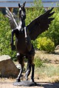 Pegasus, Bronze, anthrazit patiniert, in der griechischen Mythologie das Kind des Meeresgottes