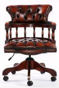 Captain-Chair, nach engl. Vorbild von 1860, Holzelemente z.T. Rüster massiv, auf Mahagoni gebeizt,