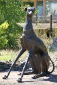 Sitzender Windhund, Bronze, dunkelbraun patiniert, abstrakte Darstellung, überlebensgroß, entspannte