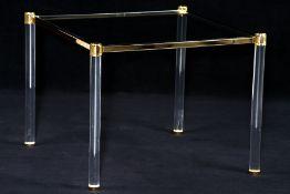 Couchtisch, Beine in Form von Rundsäulen aus Acrylglas, Zwischenteile Metall goldfarben gefasst,