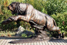 Monumentaler Tiger im Angriff, Bronze, goldbraun, braun u. anthrazitfarben patiniert, Moment der