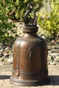 Glocke, Bronze, braun u. goldbraun patiniert, Kopf mit 4 Garuda in vollplastischer Darstellung