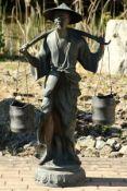 Wasserträger, nach chin. Vorbild, Bronze, stiltypische Darstellung, detaillierte Ausarbeitung, Eimer