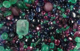Lot lose Farbsteine, zus. ca. 319 ct, facett. Rubine, Smaragde und Saphire in versch. Größen und