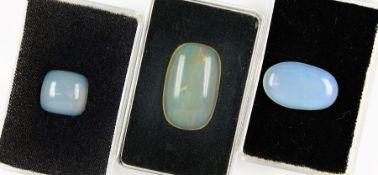 Konvolut 3 Opale, zus. ca. 40.9 ct, best. aus: 3 x Opalcabochons in versch. Größen und Formen, Grün,