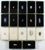 Lot 17 lose Opale, zus. ca. 44.9 ct, versch. Größen, Farben und Formen, u.a. oval, birnkernf.,