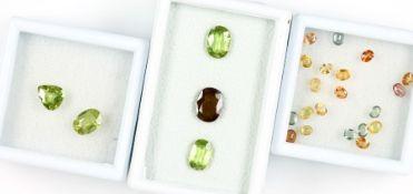Konvolut lose Farbsteine, best. aus: oval facett. Saphire zus. ca. 4.26 ct, in versch. Farben, u.