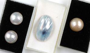 Konvolut 4 Mabeperlen, best. aus: 1 x Paar weiße Mabeperlen, D. ca. 19 mm, 1 x cremef. Mabeperle, D.