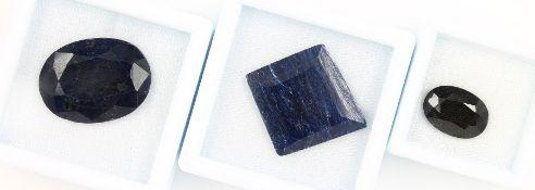Lot 3 lose Saphire, best. aus: facett. Saphir 7.415 ct, dunkelblau, 10.11 x 14.17 x 5.35 mm, mit