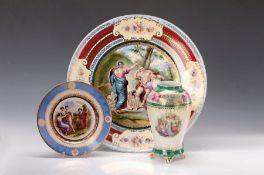 Grosser Wandteller, Vase und Prunkteller Dresden, um 1900,