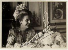 ISABEL MARTINEZ DE PERON (BORN 1931) Autographed photograph. portrait - Gelatin [...]