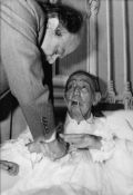 A SET OF 2 VINTAGE PHOTOGRAPHS. - 1) Salvador Dali at the clinic in Barcelona. [...]