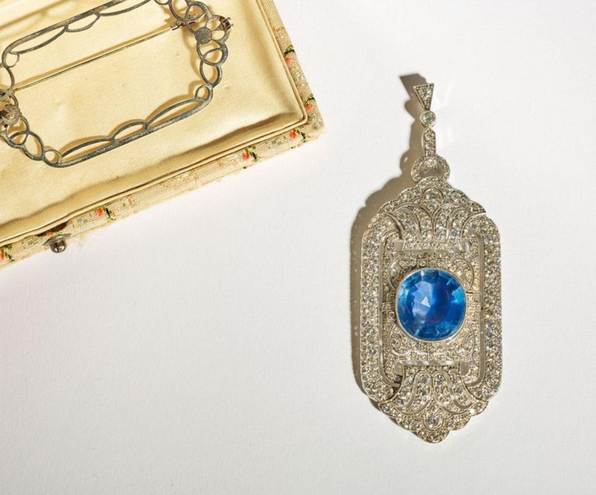 ART DECO SAPPHIRE AND PLATINUM PENDANT - Ceylon sapphire, diamonds. with CISGEM [...]