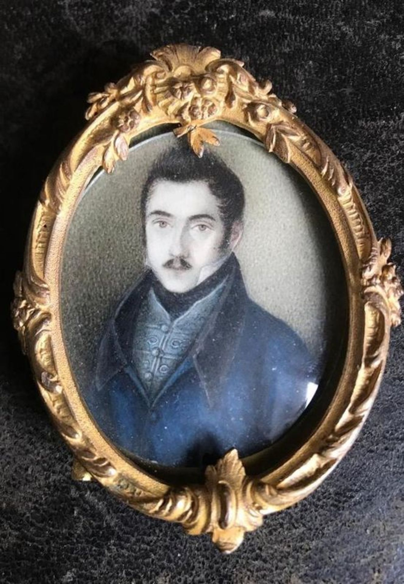 Portrait of a young man - Miniature, early 19th century Gouache on ivory 7.5-5.5 cm [...]