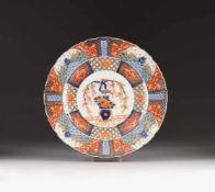 GROßER IMARI-TELLER Japan, um 1900 Porzellan, polychrome Aufgalsurbemalung, Blaumalerei,