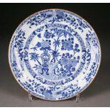 ASIATIKATELLER China, um 1900 Porzellan, unterglasurblaue Bemalung. D. 24,5 cm. Unterseitig part.