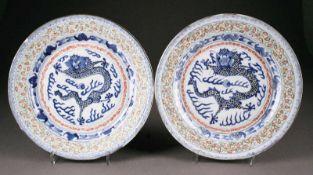 ASIATIKAPAAR TELLER MIT DRACHENBEMALUNG China, späte Qing-Dynastie Porzellan, unterglasurblaue