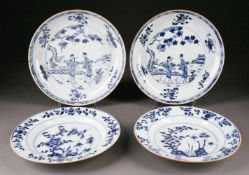 ASIATIKAKONVOLUT VON VIER BLAU-WEIßEN TELLERN China, Qianlong-Periode (1736 - 1795) Porzellan,