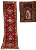 ZWEI ANATOLS A) Türkei, Mitte 20. Jh. 333 x 84 cm. Gebrauchsspuren. B) Türkei, um 1930. 126 x 103
