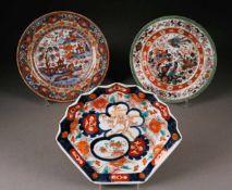 ASIATIKA3-ER KONVOLUT 'IMARI-TELLER' China, 19. Jhdt. Porzellan, polychrome Malerei, Imari-Farben