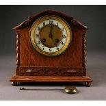 UHRENKaminuhr Deutsch, um 1910/20 Eiche, teils geschnitzt. H. 21 cm. Uhrwerk mit einer
