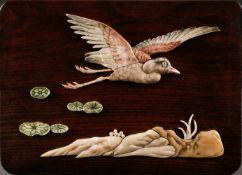 ASIATIKAHOLZSCHATULLE MIT KRANICH-DEKOR China, Anfang 20. Jhdt. Hartholz, Stein. 4 cm x 26 cm x 18,5