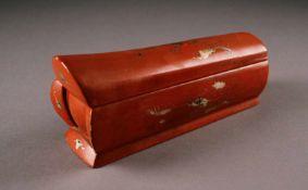 ASIATIKAROTER BEHÄLTER China, 20. Jhdt. Holz, rot lackiert, Goldstaffage. H. max. 8 cm.
