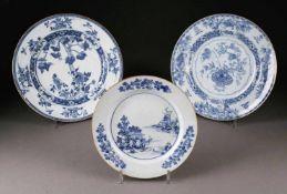ASIATIKAKONVOLUT AUS DREI TELLERN China, 19./20. Jhdt. Porzellan, unterglasurblaue Malerei. D. 22 cm