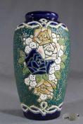 1 Vase Keramik, Wandung mit farbigem Blumendekor in Ritztechnik, keine Marke erkennbar, am Boden
